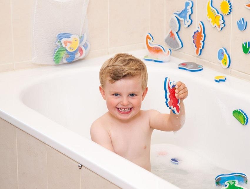 Vừa tắm vừa học vừa chơi là điều thích thú đối với các bé.