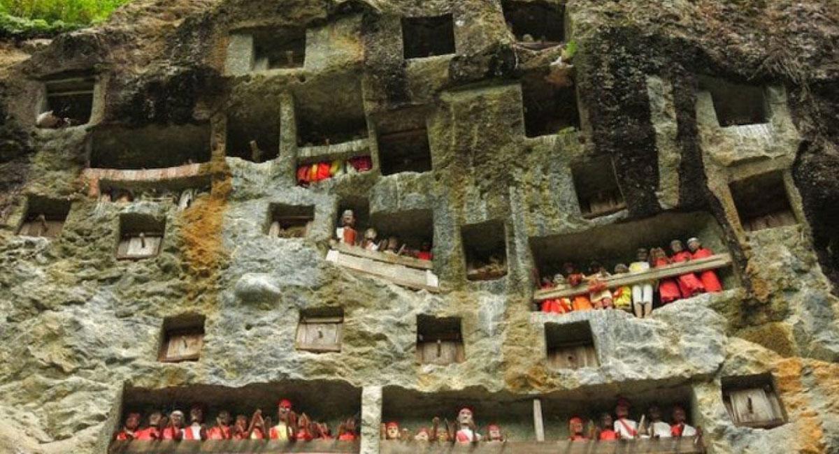Người xưa cho rằng, vách núi hay những hang động trên cao là một nơi yên tĩnh, thích hợp để linh hồn người đã khuất có thể an tâm yên nghỉ.
