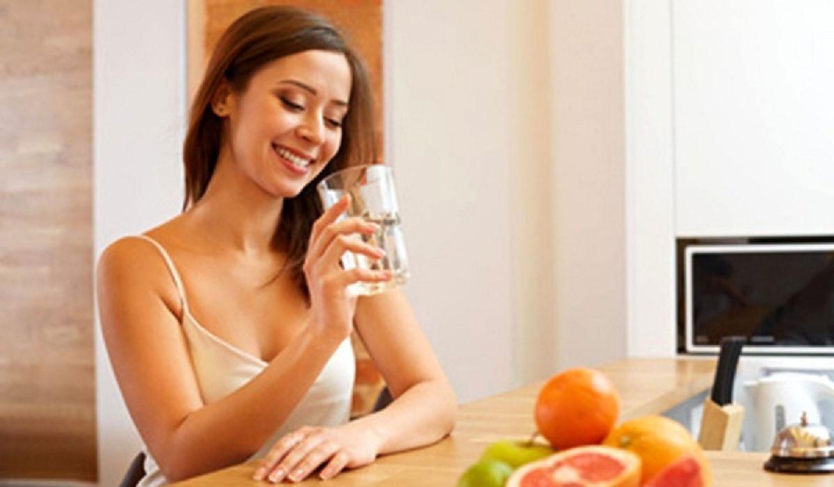 Uống một cốc nước trước bữa ăn