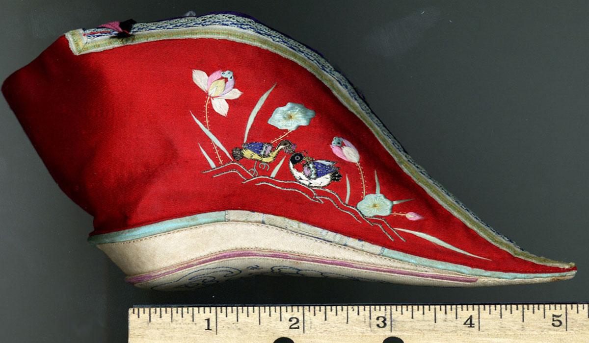 Tục bó chân ở Trung Quốc từ thuở xa xưa đã gắn liền với những người phụ nữ suốt thời phong kiến khá dài.