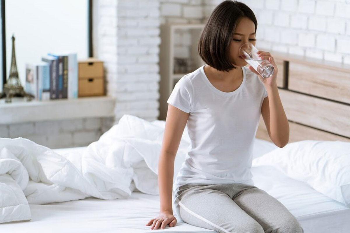 Uống 1 cốc nước ấm khi mới tỉnh dậy, khi bụng còn đói