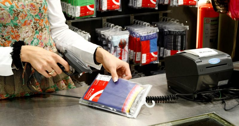 Máy quét mã vạch cầm tay trong siêu thị