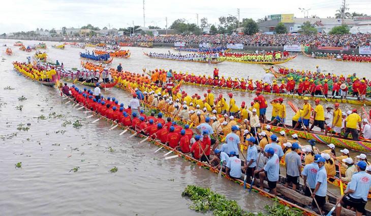 Lễ hội Ok Om Bok thu hút với hoạt động đua ghe ngo