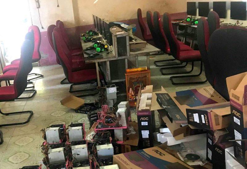 Nhân viên Cường Phát Computer đang tháo dỡ phòng máy