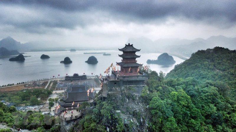 Chùa Tam Chúc – được coi là ngôi chùa lớn nhất nhất thế giới ngày nay