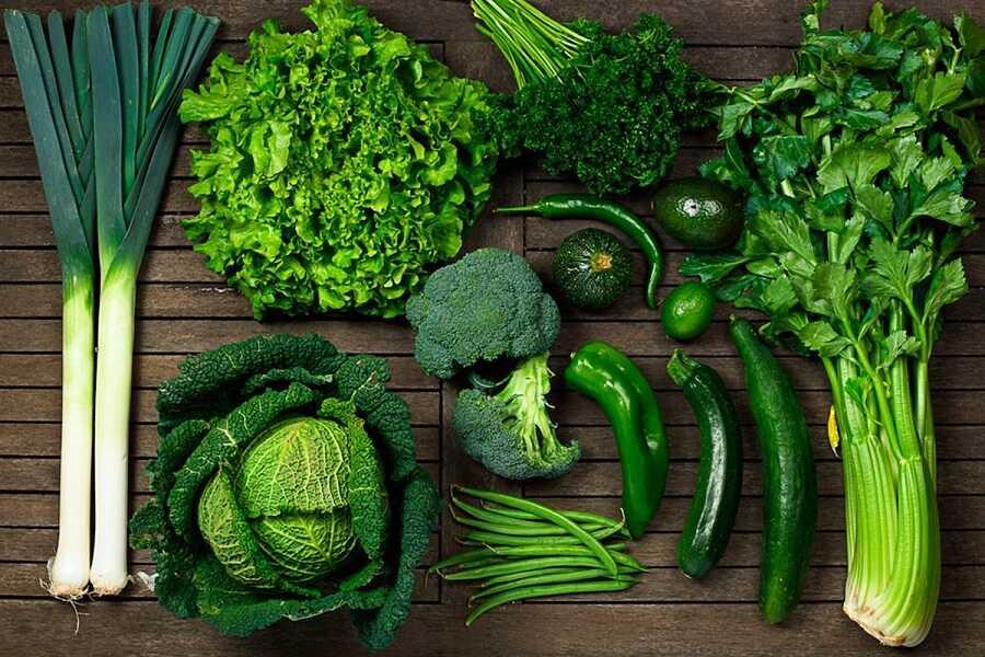 Rau xanh đậm chứa nhiều chất xơ, vitamin, sắt, maige và Sulforaphane giúp ngăn ngừa thoái hóa