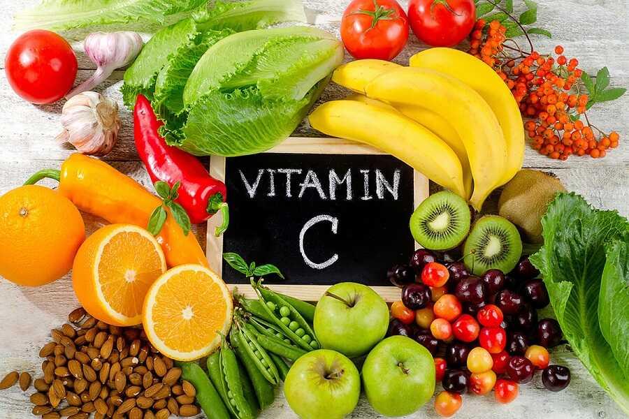Trái cây chứa vitamin C chống oxy hóa và giúp tổng hợp collagen